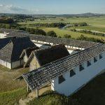 Rekonstruierte Wohnhäuser und Werkstätten sowie die berühmte weiß-glänzende Lehmziegelmauer bieten einen Einblick in die Zeit der Kelten ©  Staatl. Schlösser und Gärten Baden-Württemberg