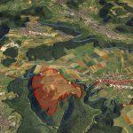 """Luftbild des Heidengrabens mit spätkeltischen Befestigungen (rot), natürlichen Außengrenzen (blau) und Siedlungszentrum """"Elsachstadt"""" (rot schattiert) © 3dmuseum.eu"""